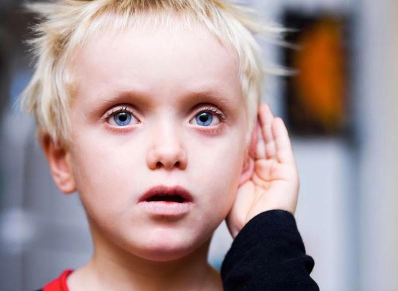 در گذشته باور عمومی بر این پایه استوار بود که پرورش کودکان در یک خانه ی دو زبانه میتواند به رشد فکری آنها آسیب بزند.