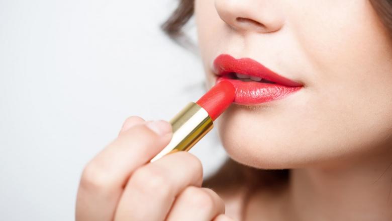 ssiimm youre applying lipstick over chapped lips - مضرات استفاده از رژ لب